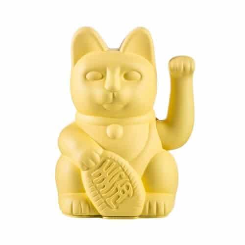 Le chat porte-bonheur Maneki Neko agite la patte gauche en signe de bienvenue (à l'aide d'une pile LR6 non fournie). Chaque couleur de chat représente le domaine où il vous portera chance