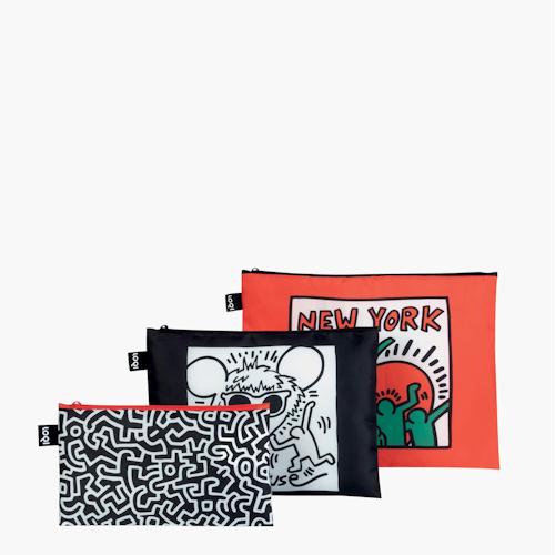 Keith Haring nous emmène dans les rues sapides de New York, pleines de puissantes peintures murales et de graffitis courageux. Sentez le rythme rapide de la Grosse Pomme avec ce lot de 3 pochettes LOQI Untitled, Andy Mouse et New York, des créations de Keith Haring.