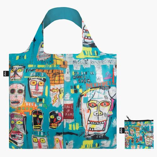 Vous êtes à la recherche d'un tote bag solide et durable ? En plus d'être résistants, les sacs réutilisables de la marque Loqi sont aussi de véritables œuvres d'art ! Jean-Michel Basquiat nous emmène dans les rues rapides de New York, pleines de fresques murales et de graffitis. Ressentez le rythme rapide de la Big Apple. L'artiste new-yorkais Jean-Michel Basquiat a joué un rôle important dans la transition de l'art du graffiti d'une activité de rue clandestine à l'art postmoderniste dominant. Ce sac LOQI reprend un détail de l'oeuvre Mitchell Crew, 1983.