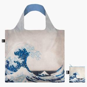 """Vous êtes à la recherche d'un tote bag solide et durable ? En plus d'être résistants, les sacs réutilisables de la marque Loqi sont aussi de véritables œuvres d'art ! Plus connue sous le nom de La vague, célèbre estampe japonaise du peintre japonais Hokusai, publiée en 1830 pendant l'époque d'Edo. Cette estampe est l'œuvre la plus connue de Hokusai et la première de sa fameuse série trente-six vues du mont Fuji, dans laquelle l'utilisation du bleu de Prusse renouvelait le langage de l'estampe japonaise. La composition de La vague, synthèse de l'estampe japonaise traditionnelle et de la """"perspective"""" occidentale, lui valut un succès immédiat au Japon, puis en Europe, où elle fut une des sources d'inspiration des impressionnistes."""