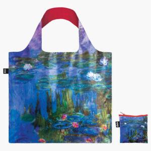 """Vous êtes à la recherche d'un tote bag solide et durable ? En plus d'être résistants, les sacs réutilisables de la marque Loqi sont aussi de véritables œuvres d'art ! Pendant près de trente ans Monet s'intéressa à la représentation d'une même espèce végétale : le nymphéa. Les premières toiles, peintes à partir de 1897 sont de petit format, presque carrées. Plus de deux cent cinquante toiles seront peintes sur ce thème : la nature sous ses formes primordiales : eau, lumière, végétation, les taches des fleurs. En 1908, Monet écrit : """"ces paysages d'eau et de reflets sont devenus une obsession, c'est au-delà de mes forces de vieillard et je veux cependant, arriver à rendre ce que je ressens. J'en ai détruit, j'en recommence, et j'espère que de tant d'efforts, il sortira quelque chose""""."""