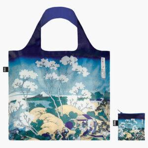 Vous êtes à la recherche d'un tote bag solide et durable ? En plus d'être résistants, les sacs réutilisables de la marque Loqi sont aussi de véritables œuvres d'art ! Hokusai s'empare de la montagne sacrée, associée à une divinité du feu, et refuge de sanctuaires shintoïstes. À l'égal d'un dieu, il l'approche, en état de grâce et de méditation, lui rendant un véritable culte. Cette oeuvre fait partie de sa fameuse série trente-six vues du mont Fuji.