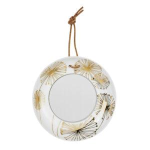 Miroir rond en porcelaine, décoré de fleurs dorées. Ce mini miroir en forme de coupelle, avec son lien en cuir pour l'accrocher, est particulièrement décoratif avec son design à message doré. On aime particulièrement jouer le jeu de l'accumulation avec d'autres décorations murales : petits miroirs de la même collection, cadres photos, patères …(diam 8 x h1,5 cm)