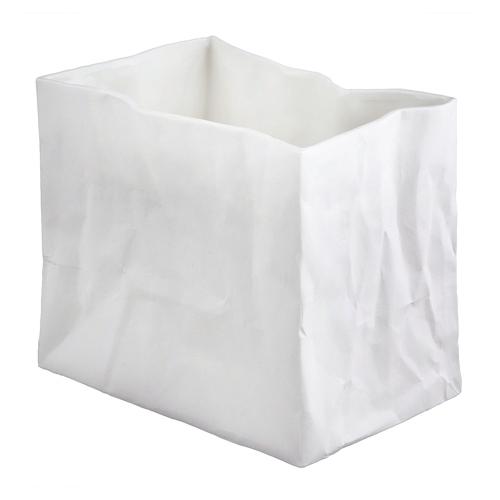 Vase en forme de sac papier froissé, réalisé en porcelaine blanche avec finition mate extérieure et émaillée intérieur. Vase de taille moyenne à utiliser seul ou en accumulation avec le petit ou le grand modèle. Il est également possible de l'utiliser comme photophore. On aime la forme originale inspiré d'un sac en papier froissé ainsi que la finition mate et brillante, qui lui donne une touche élégante. (16.5×11.5×20.5cm)