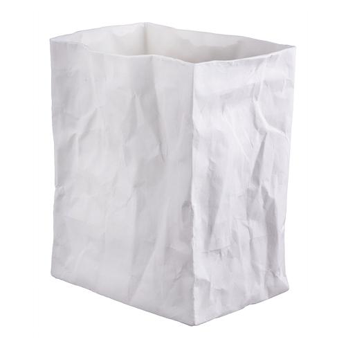 Vase en forme de sac papier froissé, réalisé en porcelaine blanche avec finition mate extérieure et émaillée intérieur. Vase de taille moyenne à utiliser seul ou en accumulation avec le petit ou le grand modèle. Il est également possible de l'utiliser comme photophore. On aime la forme originale inspiré d'un sac en papier froissé ainsi que la finition mate et brillante, qui lui donne une touche élégante.