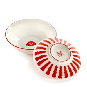 Table Nomade est un bol à soupe conçu par l'italienne Paola Navone pour la marque Serax. Fabriqué en porcelaine avec des décorations en émail rouge.