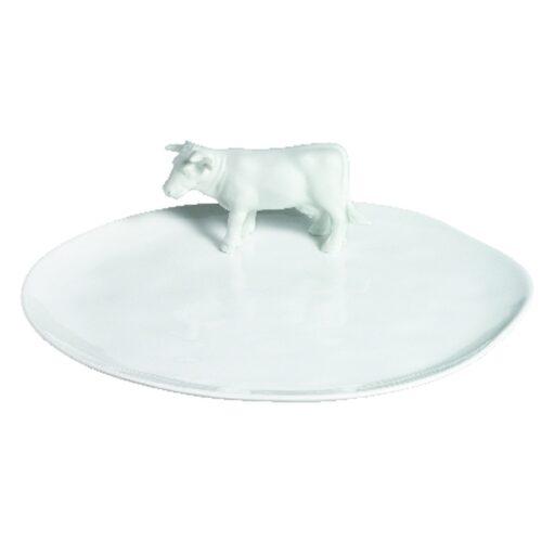 Un joli plateau à fromage en porcelaine émaillée avec des bordures légèrement irrégulières qui apportent une touche quasi poétique à ce plateausur lequel se promène une petite vache en porcelaine blanche. Manger du fromage était déjà un plaisir, mais les contempler sur ce plateau ne fera quel'accroître!A offrir aux amateurs sans modération !