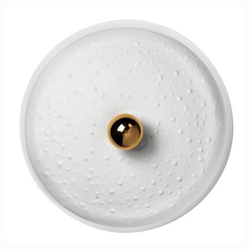 Une élégante et simplissime boite à bijoux en porcelaine biscuit et en porcelaine émaillé à l'intérieur orné d'un détail doré sur le couvercle. (diamètre : 5cm, hauteur : 6.5cm)