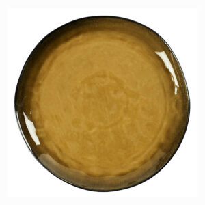 On aime cette assiette plate Grimaud en céramique craquelée dans les tons mousse et sa bordure sable réhaussée d'un léger trait marron. Sa forme légèrement irrégulière lui donne tout son côté artisanal et renforce son élégance. Chaque pièce est unique ce qui peut laisser apparaître de légères variations de couleurs mais cela n'enlève rien à leur charme. Assiette plate Grimaud signée Athezza. Compatible lave-vaisselle. Diamètre 20cm
