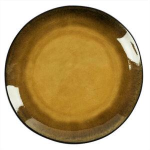 On aime cette assiette plate Grimaud en céramique craquelée dans les tons mousse et sa bordure sable réhaussée d'un léger trait marron. Sa forme légèrement irrégulière lui donne tout son côté artisanal et renforce son élégance. Chaque pièce est unique ce qui peut laisser apparaître de légères variations de couleurs mais cela n'enlève rien à leur charme. Assiette plate Grimaud signée Athezza. Compatible lave-vaisselle. Diamètre 27cm
