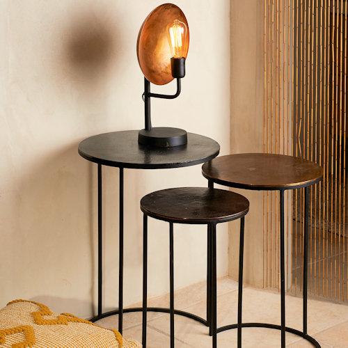 L'ensemble de 3 sellettes gigogne Ibiza de la marque Athezza se décline en trois coloris de plateau patinés : noir, cuivré et doré. Très pratiques, vous pouvez les dissocier en bouts de canapé ou les laisser unies en les décalant légèrement. Effet déco garanti!Dimensions : Grande: 42x42xH60cm / Moyenne : 35x35xH54cm / Petite : 30x30xH49cm.