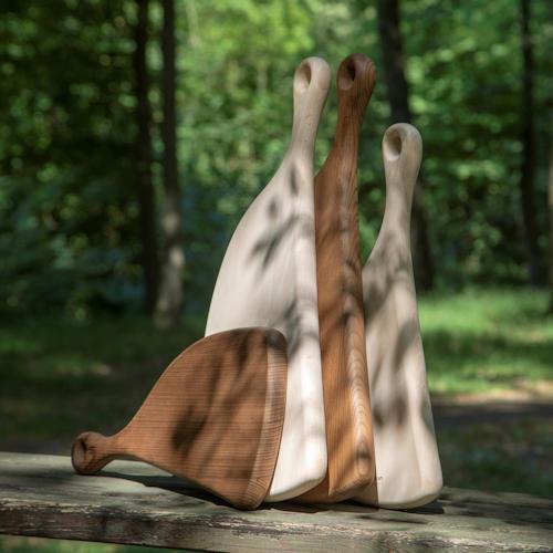 Une belle planche en bois de hêtre format XL dans la forme d'un jambon, décorative et fonctionnelle, pour couper une belle pièce de viande ou présenter des amuse-bouche, un beau cadeau présenté dans un pochon en tissu.