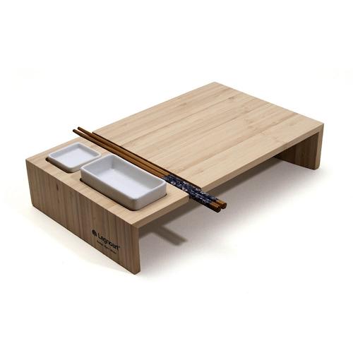 Un plateau en bambou, deux bols en céramique pour le wasabi et la sauce soja,, une paire de baguettes : KOBE est un set à sushi aux lignes épurées, inspiration japonaise oblige, né en Italie chez Legnoart, Design Bjørn Blisse