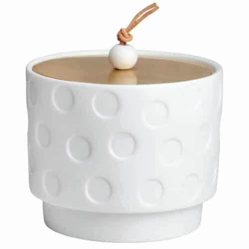 Petite boîte en porcelaine avec un couvercle en laiton massif. Le bouton du couvercle est une petite perle sur un lien en cuir.