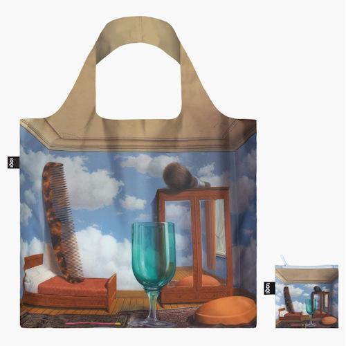 Ce sac réutilisable en tissu peut être utilisé comme sac de shopping, sac à provision ou encore comme sac de plage ! En polyester, il est résistant à l'eau et peut transporter jusqu'à 20 kilos. Pratique, il ne pèse que 56 grammes et tient dans une poche une fois qu'il est replié. Plus qu'un sac de course, le tote bag est devenu un vrai accessoire de mode. Vous en avez assez des sacs en coton trop classiques ? Le sac réutilisable Loqi est imprimé de créations d'artistes classiques, modernes et contemporains. Entretien : lavage main, pas de séchage machine, repassage interdit, matière de l'article :100% polyester, dimensions du modèle : 50 cm x 42 cm LOQI