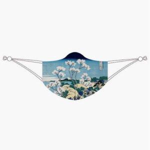 """Masque en tissu inspiré de l'œuvre iconique """"Shinagawa sur le Tokaido"""" de l'artiste japonais Hokusai. Sur ce tableau, une ville et des cerisiers en fleur avec la mer et le mont Fuji en arrière plan. Cette œuvre fait partie de sa fameuse série trente-six vues du mont Fuji. Couvrez votre bouche et votre nez avec style ! S'il doit être élégant, durable et artistique, les créateurs de ce masque y ont pensé."""