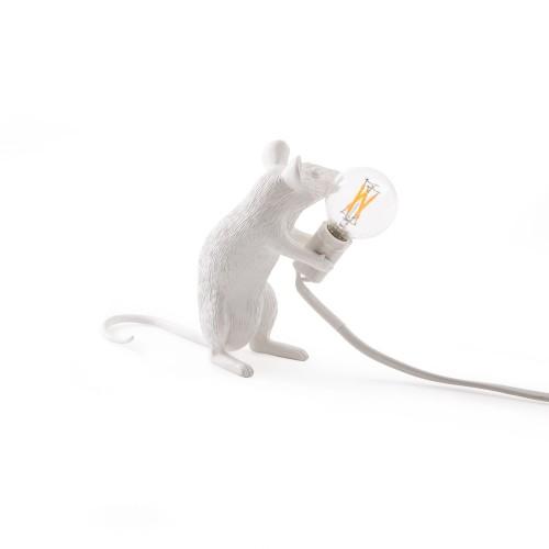 Adoptez ces lampes décoratives souris de Seletti ! À travers un design plus vrai que nature, ce trio de rongeurs met en lumière une ampoule apparente qui éclaire l'intérieur d'un esprit ludique et réaliste. Ludiques et séduisantes, ces luminaires inédits sont idéaux pour apporter une note atypique à une chambre d'enfants ou à une pièce qui aime la décoration animalière… Existe en trois modèles différents.