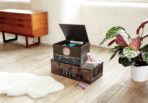 Donnez à votre vinyle la maison élégante qu'il mérite avec la finition en bois du GPO Chesterton. Vous pouvez convertir vos enregistrements au format numérique avec USB, diffuser via Bluetooth ou lire des CD, cassettes, radio FM et maintenant radio DAB via les haut-parleurs intégrés.
